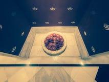 Pétales de rose dans une cuvette de l'eau placée dans une alcôve avec le plancher de marbre à l'entrée à une station thermale de  images libres de droits