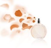 Pétales de rose de pulvérisation de bouteille d'Erfume Photographie stock libre de droits