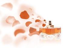 Pétales de rose de pulvérisation de bouteille d'Erfume Photographie stock
