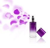 Pétales de rose de pulvérisation de bouteille d'Erfume Photos stock