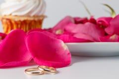Pétales de rose et anneaux de mariage Photos libres de droits