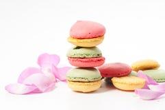 Pétales de rose et biscuits de macaron Photographie stock libre de droits