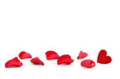 Pétales de rose et coeur Photographie stock