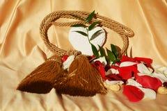 Pétales de rose et coeur, symboles Photographie stock