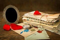 Pétales de rose et lettres d'antiquité Photos stock