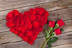 Pétales de rose rouges coeur et fleurs Photographie stock libre de droits