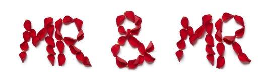 Pétales de rose rouges orthographiant M. et M. Image libre de droits