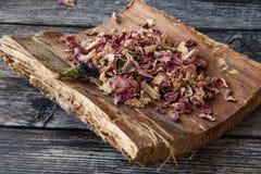 Pétales de rose secs doux sur une écorce d'arbre photo stock