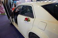 Pétales des roses et des fleurs sur une limousine d'un mariage Photos stock
