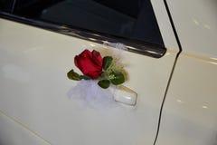 Pétales des roses et des fleurs sur une limousine d'un mariage Image libre de droits