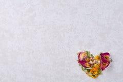 Pétales en forme de coeur d'isolement sur le fond blanc, vue supérieure, plan rapproché, foyer sélectif Photos libres de droits