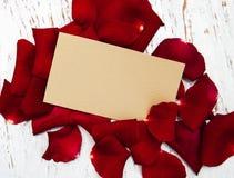 Pétales et carte de roses rouges Images libres de droits
