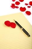 pétales roses et papier de lettre Photo stock