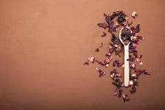 Pétales secs des ketmies pour la fabrication de thé image libre de droits