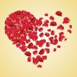 Pétalos color de rosa rojos en formas del corazón Fotografía de archivo libre de regalías