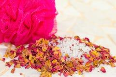Pétalos color de rosa y sales de baño perfumados en un balneario Imagen de archivo