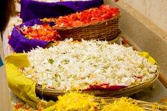 Pétalos de la flor en cestas Foto de archivo libre de regalías