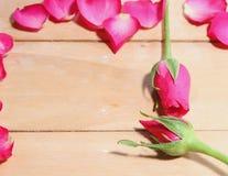 Pétalos de rosas en la tabla Fotos de archivo libres de regalías