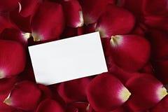 Pétalos de Rose con la tarjeta de nota Imagenes de archivo