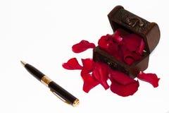 Pétalos de Rose en el pecho y el lápiz Foto de archivo