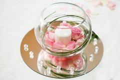 Pétalos de Rose y decoración de la vela para una boda Imagenes de archivo