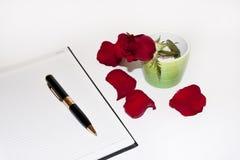 Pétalos de Rose y la letra de amor Imagenes de archivo