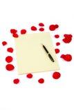Pétalos de Rose y papel de carta Imagen de archivo libre de regalías