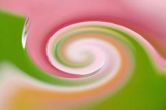 Pétalos espirales con gotas de la lluvia, fondo imagenes de archivo