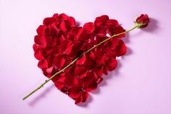 Pétalos rojos corazón, metáfora de las flores de las tarjetas del día de San Valentín Fotos de archivo libres de regalías