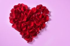 Pétalos rojos corazón, metáfora de las flores de las tarjetas del día de San Valentín Imagen de archivo libre de regalías
