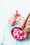Pétalos rosados en cucharón con el jabón, Rose y aceite Fotografía de archivo libre de regalías