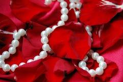 Pétalos y perlas Foto de archivo libre de regalías