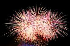 pétard Les beaux feux d'artifice colorés sur l'eau apprêtent avec un fond noir propre Festival d'amusement et concours de sapeur- Photo libre de droits