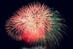 pétard Les beaux feux d'artifice colorés sur l'eau apprêtent avec un fond noir propre Festival d'amusement et concours de sapeur- Photographie stock libre de droits