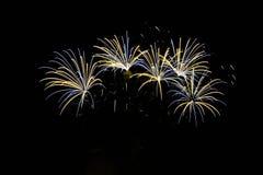 pétard Les beaux feux d'artifice colorés sur l'eau apprêtent avec un fond noir propre Festival d'amusement et concours de sapeur- Images stock