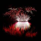 pétard Les beaux feux d'artifice colorés sur l'eau apprêtent avec un fond noir propre Festival d'amusement et concours de sapeur- Photos libres de droits
