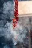 Pétards chinois de explosion avec de beaucoup de la fumée Photographie stock libre de droits
