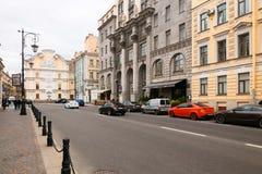 Pétersbourg, Russie - 30 juin 2017 : mouvement des voitures sur les rues de la ville Images libres de droits
