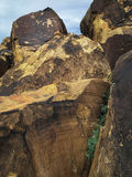 Pétroglyphes d'Anasazi au sommet de pile de roche de grès Image libre de droits