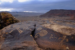 Pétroglyphes d'Anasazi devant des montagnes de désert Image libre de droits
