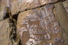 Pétroglyphes de l'Altay Peintures antiques de roche dans les montagnes d'Altai Image stock