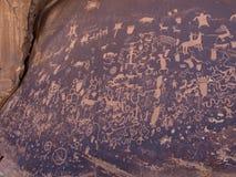 Pétroglyphes de natif américain à la roche de journal images stock