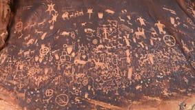 Pétroglyphes de roche de journal Photo stock
