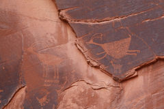 Pétroglyphes sous l'oeil de ciel, vallée de monument Photos stock