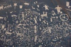 Pétroglyphes sur la roche de journal Photographie stock libre de droits
