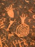 Pétroglyphes sur la roche rouge Photo stock