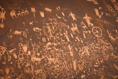 Pétroglyphes sur une roche de désert Photographie stock