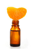 Pétrole aromatique d'essence et segment orange frais Photo stock