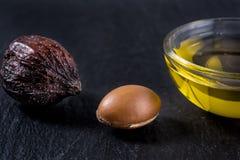 Pétrole d'argan avec des fruits Images libres de droits