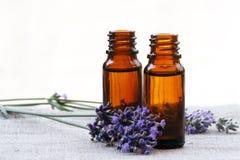 Pétrole d'arome dans des bouteilles avec la lavande Photo stock